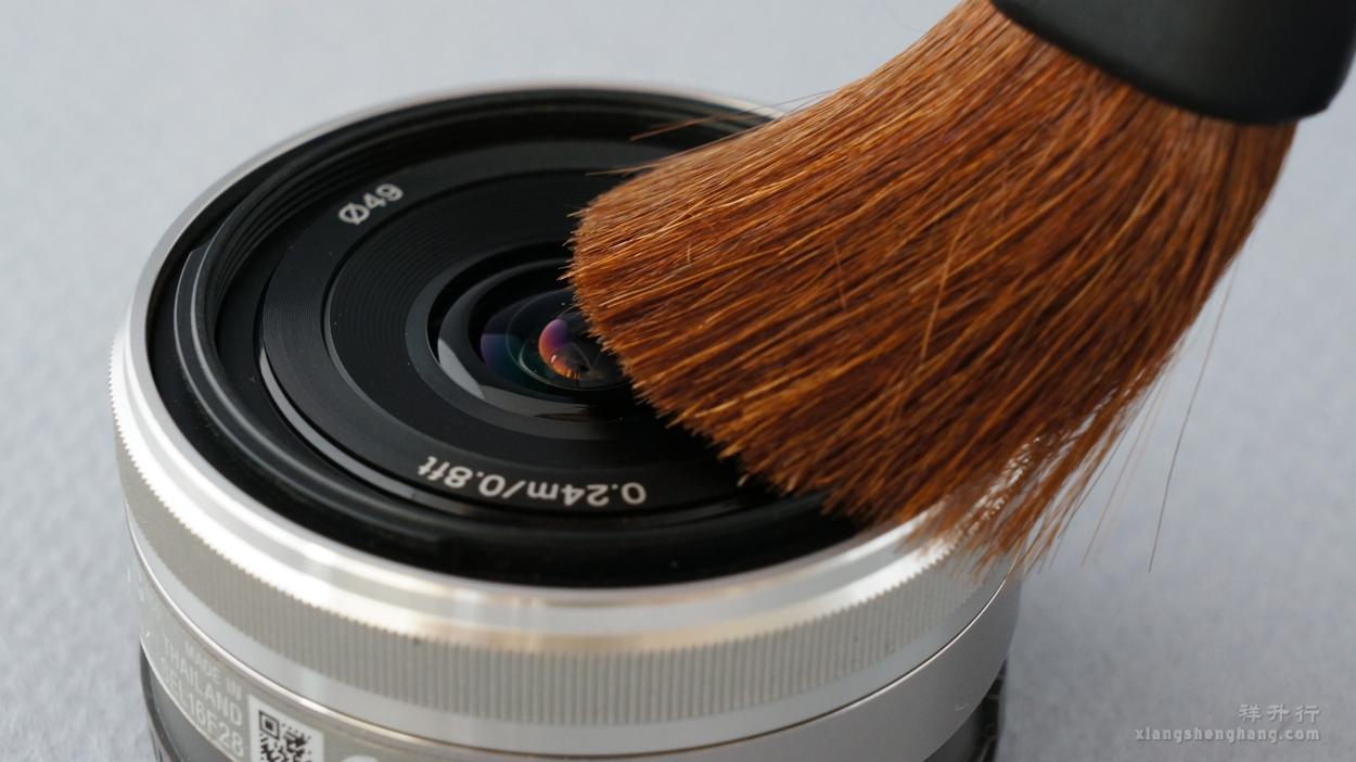 软鬃毛制成的毛刷清洁镜头表面