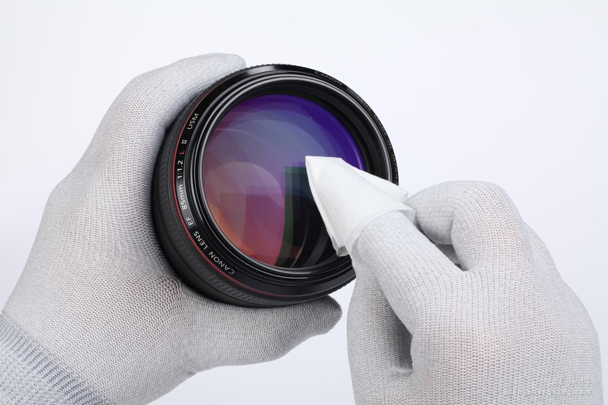 艾尔玛专用镜头纸轻轻擦拭镜头表面