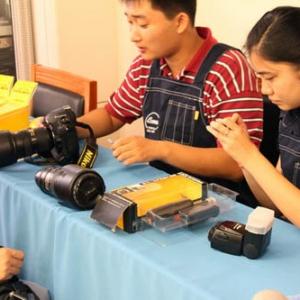 爱尔玛为新华社参加60年国庆拍摄工作的记者进行